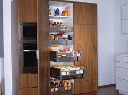 colonne rangement cuisine colonne de rangement se dresse pour une économie d espace