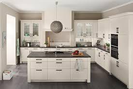 kranzleiste küche romantische weiße landhausküche mit insel