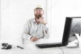 pipe au bureau homme d affaires célébrer et de tabac à pipe à fumer au bureau