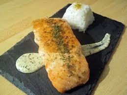 cuisiner pavé saumon recette de pavé de saumon grillé sauce crème citronée et riz blanc