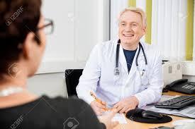 le sexe au bureau médecin de sexe masculin heureux regardant patiente bureau
