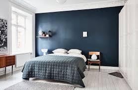 chambre bleu et mur bleu dans la chambre visite d un appartement scandinave