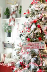 holiday decorated homes 40 cozy and cheerful homes decorated for a snowy christmas