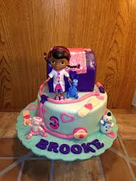 doc mcstuffin birthday cake doc mcstuffins cake and matching cupcakes https www