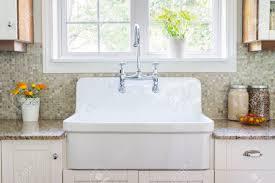 Arbeitsplatte K He Küche Interieur Mit Großen Rustikalen Weißen Porzellan Waschbecken