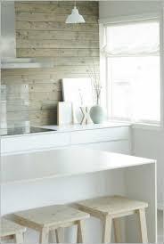 weiße küche mit holz küchendesign ideen wandpaneele holz weiße küche hölzerne barhocker
