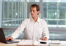 de sexe dans un bureau employé de bureau de sexe masculin sérieux au fonctionnement de