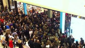 is target packed on black friday black friday crowd rushing into urban outfitters youtube