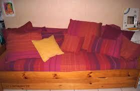 transformer un lit en canapé plaid et dessus de lit pour un nouveau canapé recyclage et cie