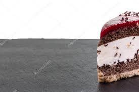 stück kirsch sahne torte auf einer tafel isoliert auf weiss
