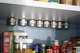 barre magn騁ique cuisine 1001 idées étagère à épices pimentez la déco de votre cuisine