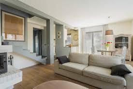 chambre du vide divan confortable dans la chambre image stock image du vide