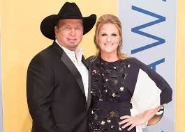 leave a light on garth brooks trisha yearwood and garth brooks reveal their plans for 2018