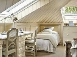 decoration chambre comble avec mur incliné amenagement chambre sous comble dco chambre sous pente parquet