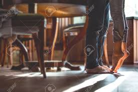 pieds cuisine quelques pieds nus heureux à la cuisine fille debout sur la pointe