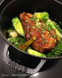 cuisiner une cote de veau côte de veau rôti en cocotte petits pois et oignons nouveaux