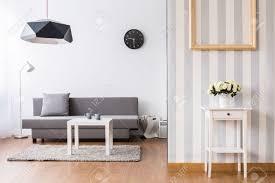 salon canapé gris salon élégant avec canapé gris et table basse entre la