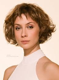 deconstructed bob hairstyle chin long bob hairstyle with curls and a short fringe