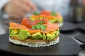 cuisiner le saumon saumon fumé au plemousse et concassée d avocat à la coriandre