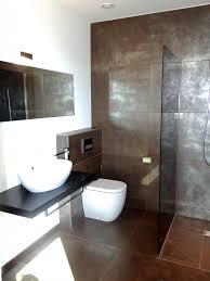 modernes bad fliesen modernes bad mit braun silbernen fliesen und ebenerdiger dusche