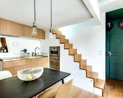 taille moyenne cuisine cuisine sous escalier photos et idaces dacco cette photo montre une