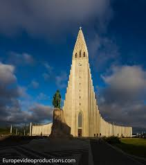 photo hallgrímskirkja church in central reykjavik in iceland