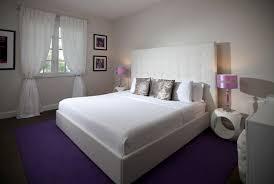 chambre blanc et violet appartement de luxe pour des vacances uniques à miami épurer