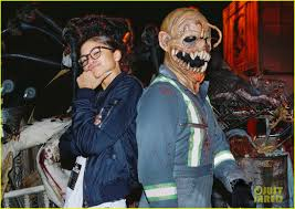 halloween horror nights the usher friendly exes mandy moore u0026 wilmer valderrama reunite at halloween