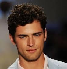 coupe cheveux bouclã s homme les 25 meilleures idées de la catégorie coiffures pour homme frisé