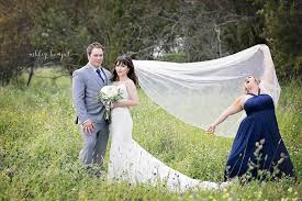 wedding pictures of honor hilariously photobombs best friend s wedding