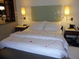 couvert lit lit couvert de p礬tales de fleur photo de constance mare