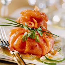 cuisiner saumon fumé ballotin de saumon fumé à l avocat et aux herbes recette