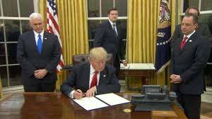 Oval Office Desk by Donald Trump Has Been In The Oval Office Five Minutes And He U0027s