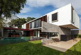15 modern homes with cantilevered and overhanging volumes