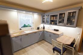 küche landhaus landhaus küche blau mit spezieller holzmaserung