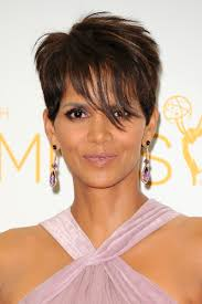 harry berry hairstyle halle berry has a wavy bob now and it s her best hair look ever