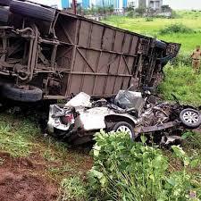 luxury bus crashes into innova car on nashik mumbai highway 9