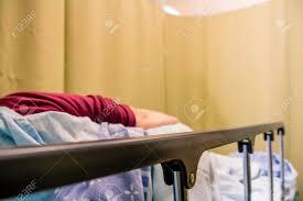 femme chambre femme patiente allongée sur un lit dans une chambre d hôpital