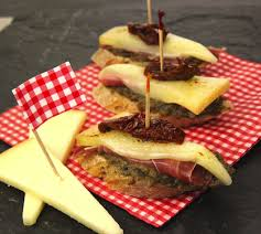 cuisine basque recettes pintxos tapas au jambon basque et fromage istara envie de bien