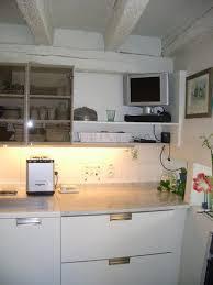 cuisine télé le même côté avec le marbre pour la pâtisserie et la télé