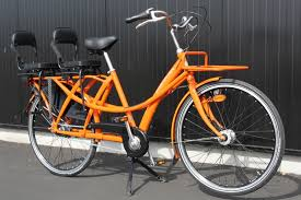 vélo avec siège bébé vélo avec 2 sièges enfants sur le porte bagage arrière