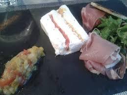 le bonheur dans la cuisine entrée terrine de chèvre piperade et jambon ibérique photo de