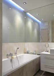 deckenbeleuchtung bad indirekte deckenbeleuchtung und spiegelwand im kleinen bad
