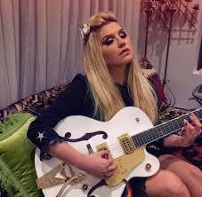 kesha playing loretta lynn songs on her guitar true colors