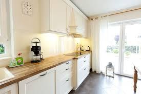 weiße küche mit holz weiße landhausküche mit holzarbeitsplatte und ganz viel charme
