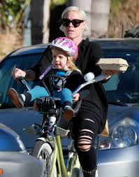 siege velo devant la chanteuse américaine pink emmène enfant à l école en vélo