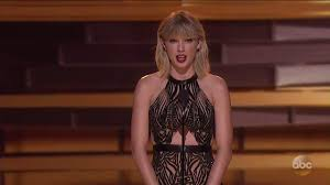 cma awards 2016 taylor swift presents entertainer of the year to