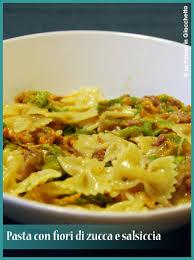 primo piatto con fiori di zucca pasta fiori di zucca e salsiccia