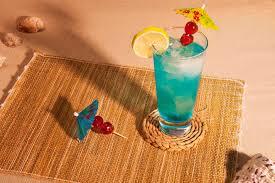blue lagoon cocktail blue lagoon cocktail rezept so mixt man einen blue lagoon cocktail