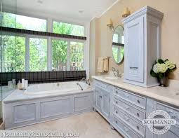 transom window craftsman master bathroom with quicksilver wall